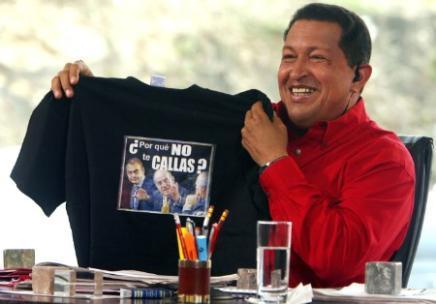 Chávez muestra la camiseta obsequiada por el Rey