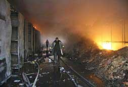 Un bombero camina entre las ruinas del edificio de la ONU bombardeado ayer por Israel