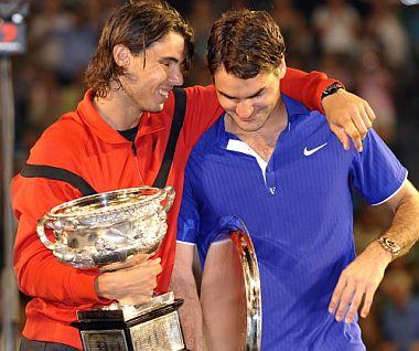 Nadal abraza a Federer, tras ganar el Open de Australia